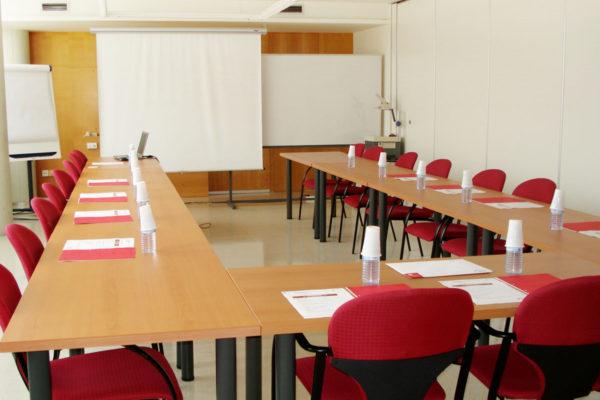 Lloguer de sales: projector sales per a cursos i reunions